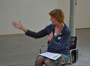 Karen vertelt een verhaal van Theseus aan de groep